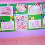 выставка рисунков на лестнице